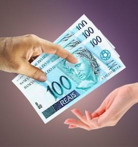 Mao pagando e mão recebendo dinheiros - Atrazo nos Pagamentos